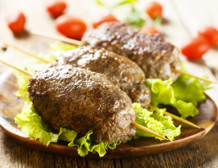 Kebab skewers with green salad and tomatoes